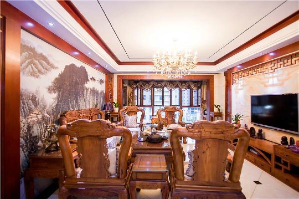 站在餐厅的位置观看整个客厅,给人的第一眼是这个家的华丽大气,有一种贵气逼人的感受。沙发背后的背景墙用了中国国画做装饰,很好的与整体的中式风格相结合。