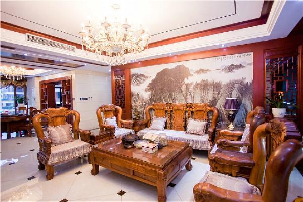 整体客厅的大空间运用了原木色的木质家具,比如部分墙壁和天花板也融合了木质的材料,一方面从舒适角度考虑,另一方面也是为了搭配业主心爱的红木家私。