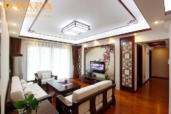 中式设计的特点层次感强,空间装饰多采用简洁硬朗的直线条,红木挂落成了点睛之笔。酒红色是中式设计中不可或缺的颜色。给人沉稳大气之感。背景墙上的中国画也给人视觉上诗一般的享受。
