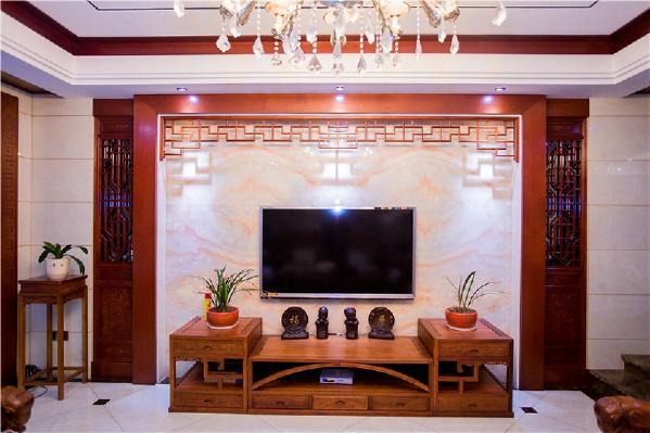 电视背景墙后面用的是墙砖搭配实木的材质,下面的摆件和两边的植物也很好的映衬了整体风格,使得家里有活力。而且这些装饰在空间中,渗入中式古典韵味,形成独特的东方风格,有种古装戏的穿越感。