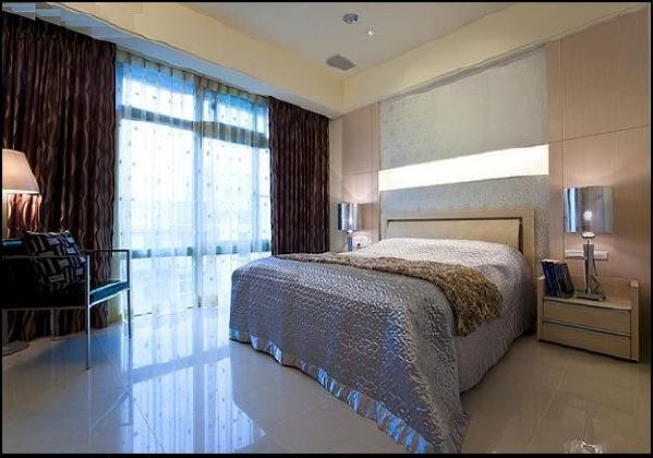 另外,依据不同居住者的生活需求,卧室分别以深色木板, 灰色水泥墙及深蓝灰水泥墙结合线板来增加造型感, 以打造个人专属的舒适私密生活空间。