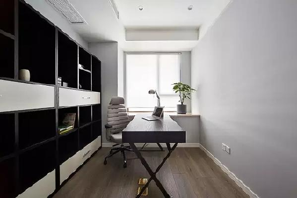 书房太小了,所以就设计的更简洁了,只订做了一个柜子和一张简易桌子,网上掏了一把椅子。没想到即便这样,还有人特提出书房好看上档次,有朋友建议把书房飘窗再设计一下,做成休闲区,正在考虑中!