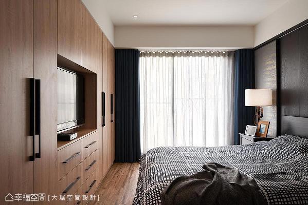 收纳柜体挑选了钢刷木皮,用以增加主卧室温暖的感觉;窗帘则是采用孔雀蓝来提升整体空间的气质度。