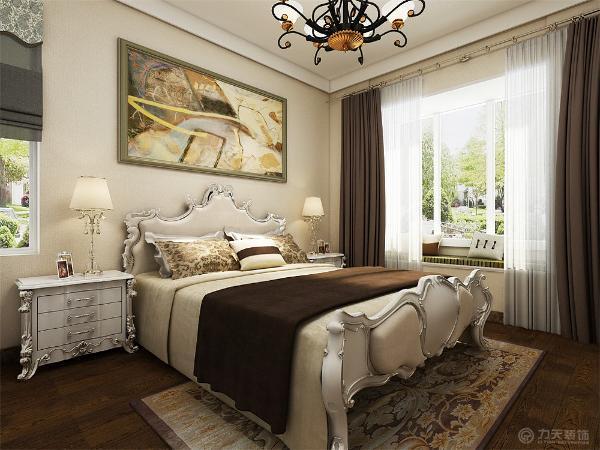 主卧用的是双人床和床头柜的组合,室内飘窗的设计更显温馨
