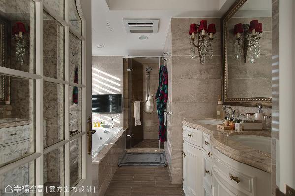 双洗手台的设计让家中也有置身饭店的错觉,各种英式古典的摆饰、家具让人耳目一新。