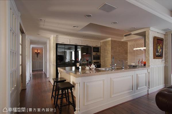 全开放式空间让厨房一览无遗,大型家电皆选择镜面材质,让空间调性一致,完整性充足。