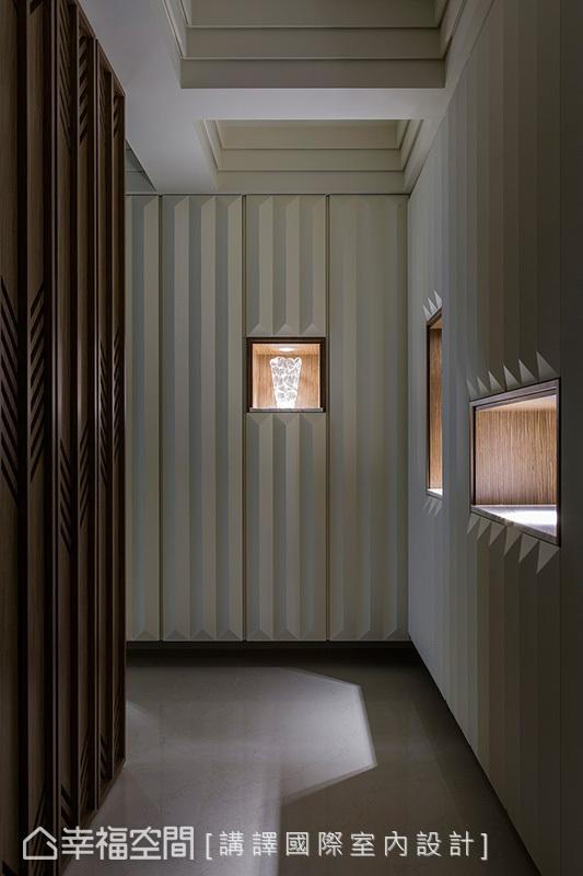 天花饰以堆栈的线条,壁面运用立体几何手工线板,并带入屋主收藏的艺品,增加空间的视觉层次。
