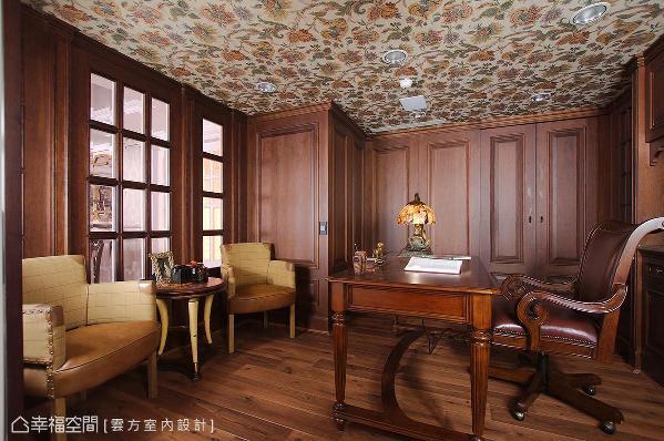 男屋主希望以哈利波特作为设计主题,潘仕敏设计师将深色木皮贴满整间书房,天花板则是选择古典风格壁纸,搭配完善的收纳机能,沉着稳重的空间让男屋主爱不释手。