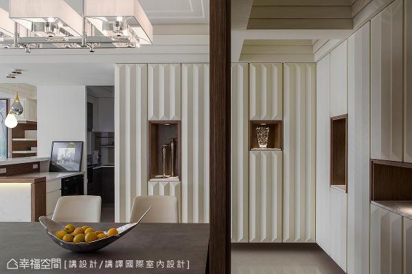 利用餐厅的造型隔屏和周边柜体,形成L型的缓冲段落,也额外开辟出一条自由的入口动线。