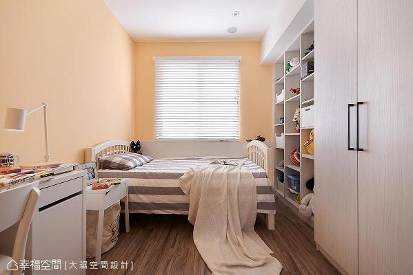 温暖的鹅黄色墙面,希望小孩可以如阳光般成长,一旁的收纳柜则摆放展示男孩的玩具们,长大后则可以规划当书柜用。