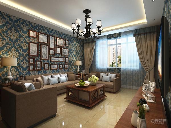 茶几为带有小轮可移动的木质茶几,电视柜是和茶几通材质的木纹,由于壁纸和家具的颜色较暗,所以踢脚线和每个门和门框都为白色,可以调节色彩不至于沉闷。