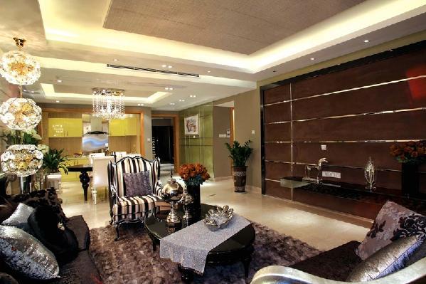 客厅墙面使用比较深的土褐色,沙发使用偏欧式风格的样式,搭配上富有质感的深色地毯整个客厅华丽贵气。