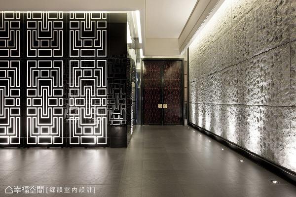鼎器纹饰由外而内贯穿整个接待中心,走道壁面以金属结合黑镜,搭配灯光反射效果,形塑鲜明饱满的空间视觉。