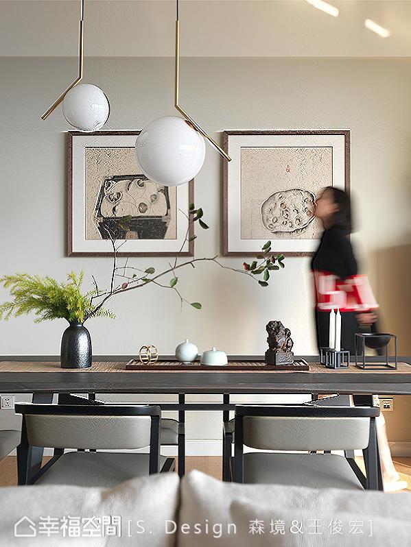 中式艺术挂画与现代时尚灯具的前后景搭配,东西语汇交融中体会细腻精彩的比例平衡。