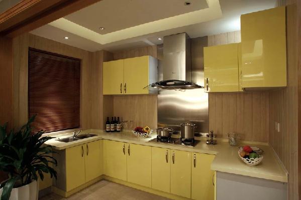 厨房选用了嫩黄色的橱柜,较多的立柜吊柜也满足了生活所需,方便放置的绿色植物也起到很好的装饰的作用。