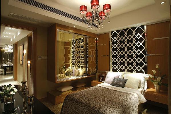 主卧放置对面安置电视,床的背景墙融入了现代元素,格子给人时尚感,整个房间的颜色温暖大气且柔和,处处都充满了古典风情,在墙上也设计了衣柜,不占地方的同时也增加了储物空间。