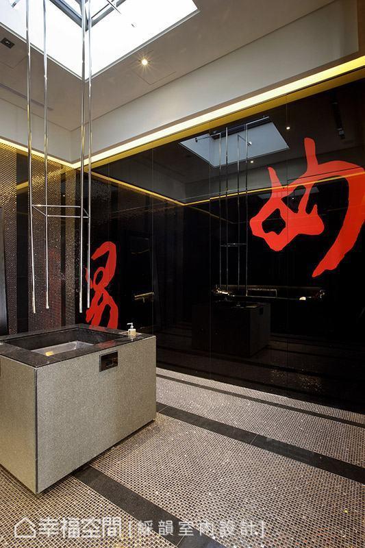 将洗手台设置于中央,结合天井设计传达中国传统四合院的建筑特色;从天而降的不锈钢管化身为水龙头,彻底改变既定的出水方式。