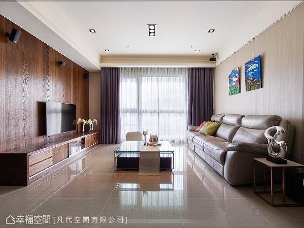 选用钢刷梧桐木皮铺陈电视主墙,沙发背墙则选用浅色系壁纸,让两者相互衬托,让空间更具立体层次感。