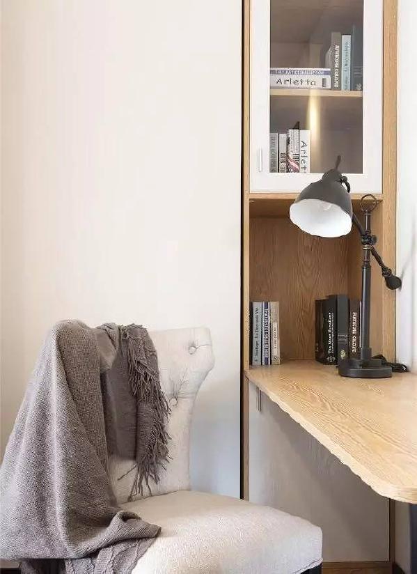 小卧室凹进去的部分做成书柜。