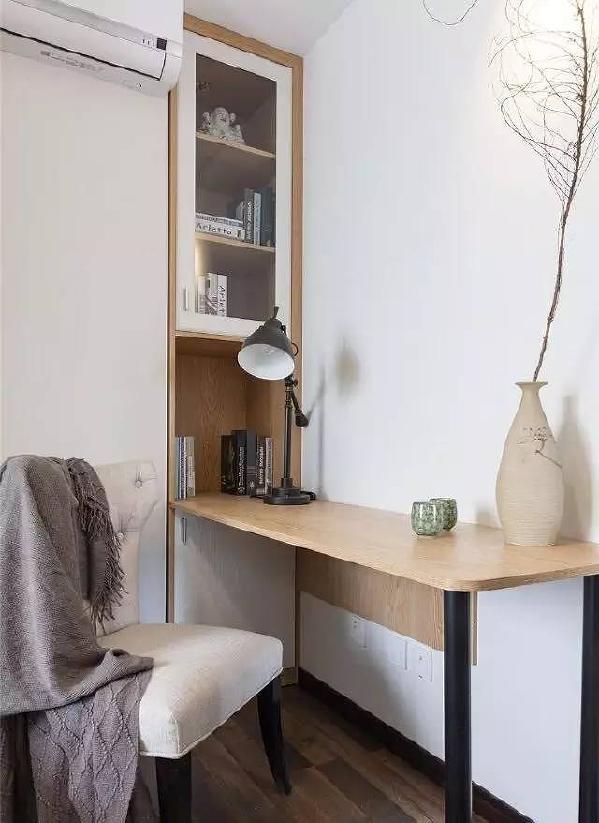 小卧室里的简约小书房。
