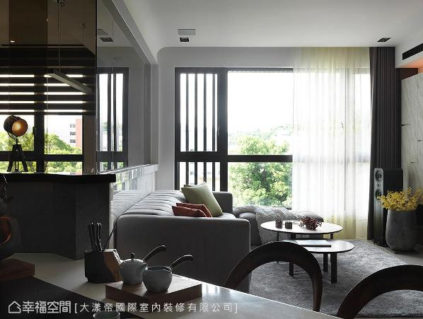 屋主当初购屋时,最满意的就是窗外这片绿景,所以特意将餐桌结合吧台设计成斜面,制造就算在餐厅也能看见窗外的完美视角。
