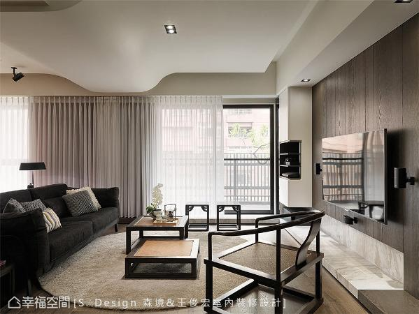横亘客厅上方的梁体以蜿蜒包覆手法去化,进而创造起伏韵律的天花曲度,更添简朴空间的柔软身段。