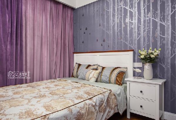 小小的儿童床搭配白色的床头柜,变成了孩子童年时期的栖息地。梦里会梦见自己收到了霍格沃兹的录取通知书吗?