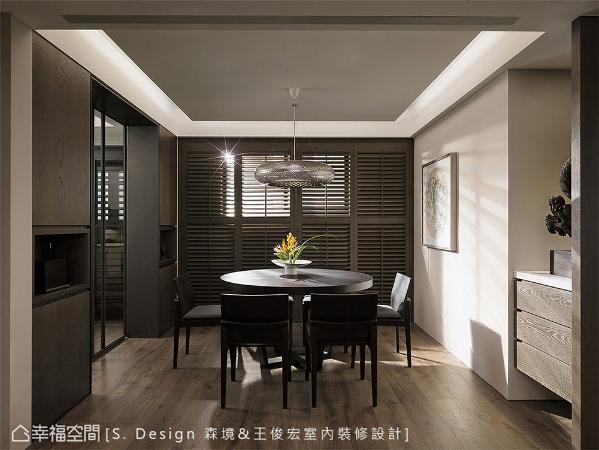 原窗户位置偏左使空间缺乏稳定性,森境&王俊宏设计运用木百叶线条的调整,拉出视觉对称轴线,并保有穿透感日光。