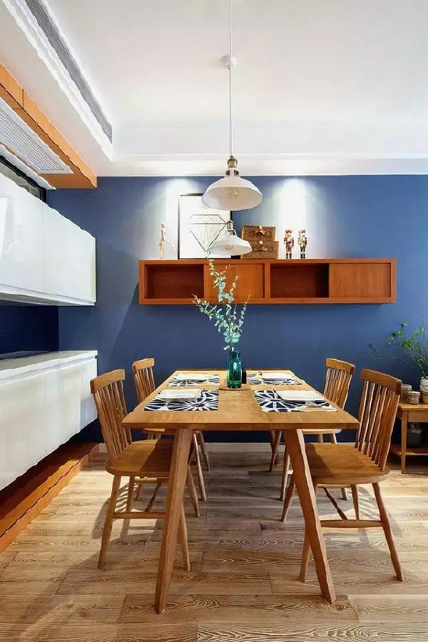 木制餐厅桌椅,细脚凳显得很文艺。