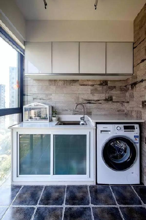 另一侧做了洗衣台和收纳柜。