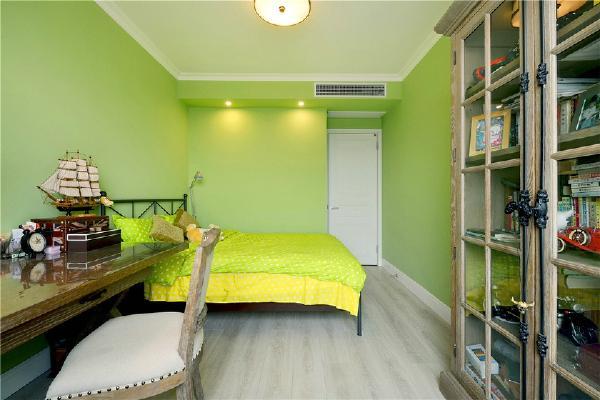 儿童房,小男孩的房间,采用了绿色的色调,柜子和书桌都采用的木质的材料进行装饰,摆放的物件都可以很好的培养孩子的想象力和创造力。