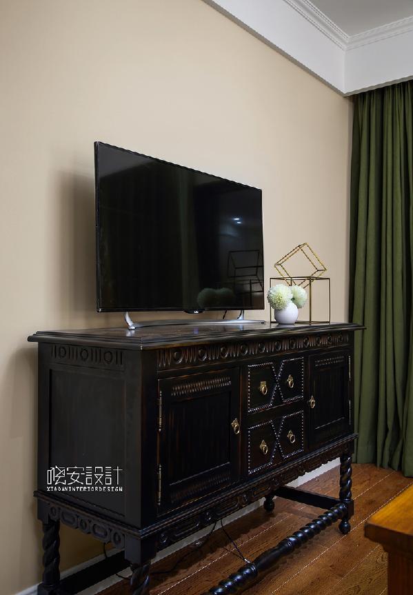 深咖色的边柜可以存放内衣,柜面摆上适宜的摆件和鲜花,也给房间带来一丝活力。