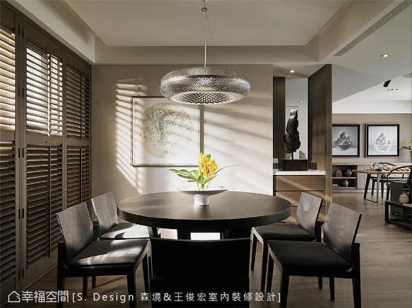 与玄关局部镂空的设计,创造空间的互动性与开阔感,质朴简约中择以现代时尚的金属灯具,冲撞出不同凡响的设计火花。
