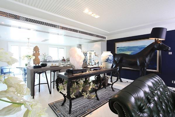 """▲客厅中引入了""""达芬奇""""古典家具及意大利原品装饰""""马""""灯,诠释现代与古典结合的后现代主义风格。在时尚中体验古时的艺术之美。"""