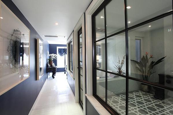 ▲浴室外的走廊,左边藏蓝色的墙壁挂着两幅水墨画,与透亮的光束交融辉映。渲染着磅礴与细腻的交接。