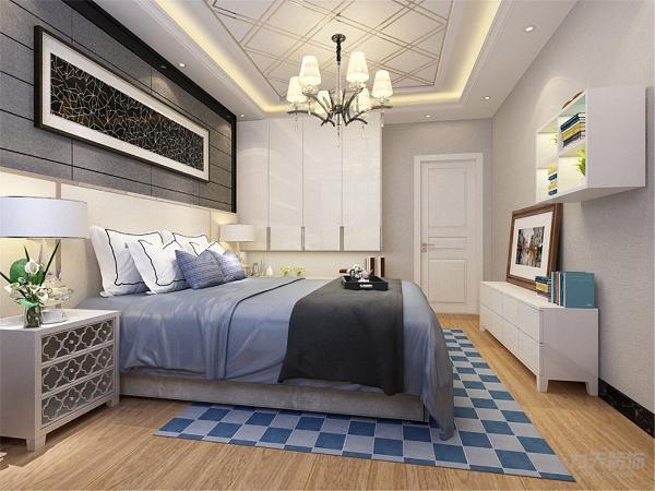主卧室的设计与整体设计相统一,也以简洁舒适为主,宽大的双人床白色镂空的床头柜,再搭配上具有储物功能的衣柜和橱柜墙上还悬挂着别致的吊柜,吊柜里放置这自己喜欢的书籍和植物,整体空间简洁明亮极具现代感。