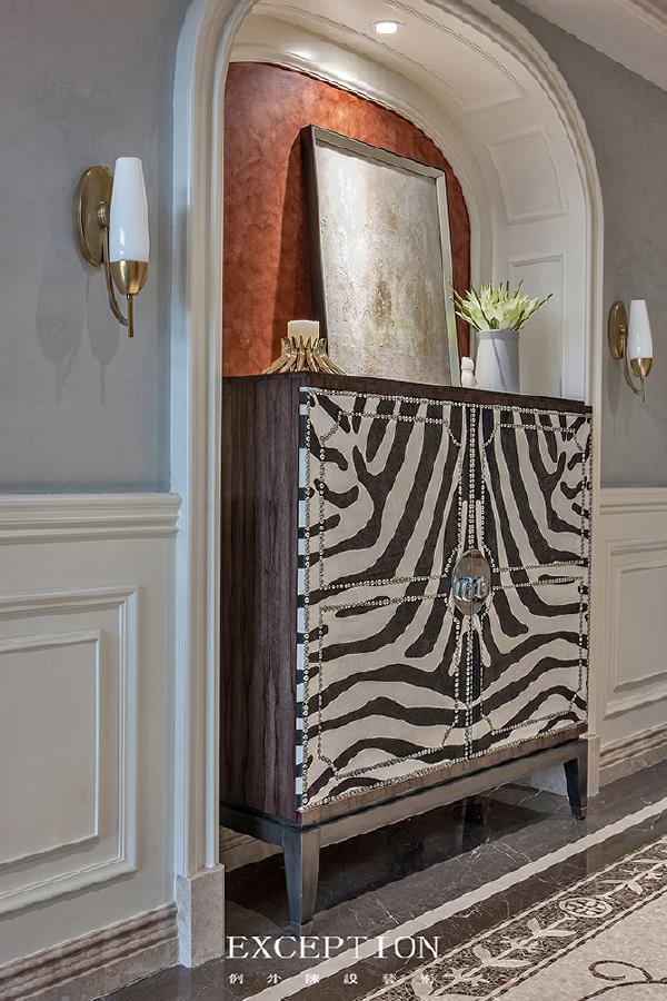 「设计解读.玄关」   立柜以其现代摩登时尚的元素,打破了空间的单调性,散发着盛情好客的空间语言,彰显着业主不俗的品味。