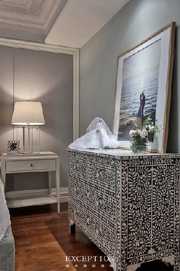 「设计解读.女儿房细节」   拼花柜子如万花筒里面的缤纷世界,幸福之花悄然绽放。闭上眼,憧憬未来,许下诺言:更好地爱自己、爱他、爱这个家……