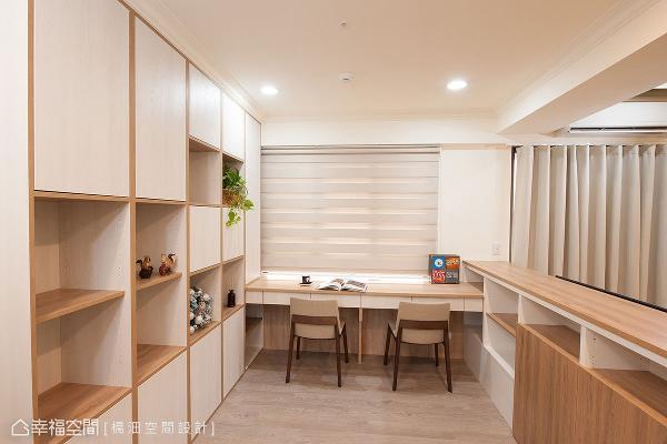 位于电视墙后方段落,使用系统家具合并书桌、书墙、电视墙机能,形成场域共享的规划概念。