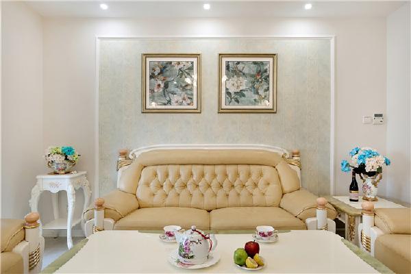 米色的沙发搭配背景墙山的画,非常漂亮!