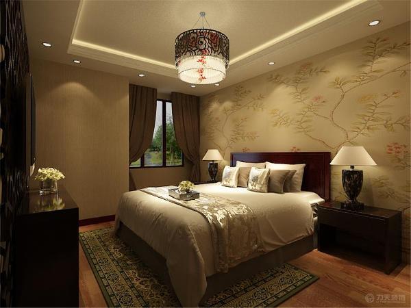 在床头背景墙贴了中式壁纸,其他墙面贴了素壁纸,电视背景墙也做了镂空隔断,顶面是回字形灯带吊顶。
