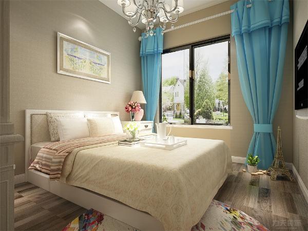 在主卧室的设计上在床头墙贴了白色的壁纸,和米色墙有了有了呼应,再配上简约的搭配使得房间温馨而浪漫。在书房的设计上,我们采用了书柜和床相结合的方式,有种东北大炕的形式独具特色。