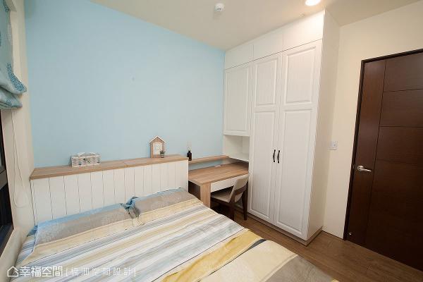 墙面局部以水蓝色点缀,打造出视觉焦点。让床头柜、书桌、衣橱相连,成功整并多元机能。