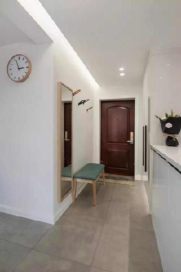 入户玄关处是中规中矩的实用设计:穿衣镜、穿鞋凳、鞋柜等,非常贴心。