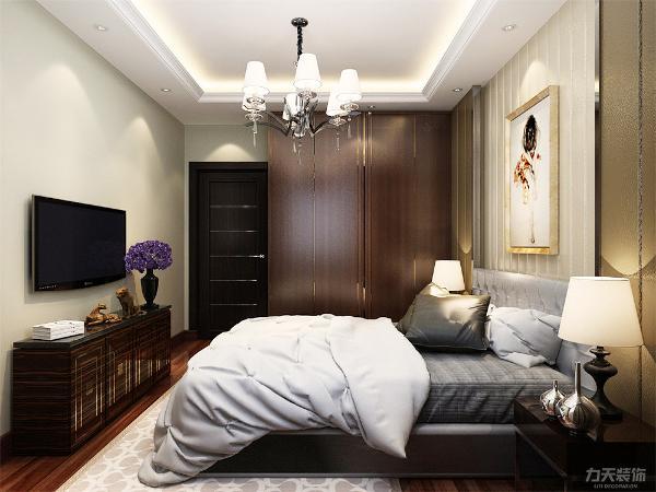 卧室背景墙采用了简约的造型,挂置了一副画,美观大方。浅灰色的床尽显业主的低调稳重。使业主能够放松身心更好的休息放松,衣柜的颜色沉稳时尚,质感十足。整个空间功能性与视觉美观上完美融合。