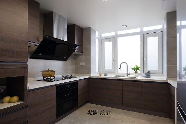 开放式U型厨房,操作台面更宽阔,烹饪再也不会束手束脚。