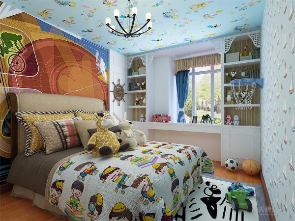 小卧室设计成儿童房,墙面铺满地中海风格和儿童特色的壁纸,地面铺满实木复合地板,上面放置一张地毯,一是防治儿童摔伤,二是方便孩子在地上空间玩耍。