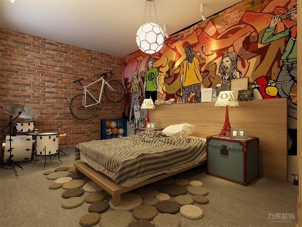 男孩房整体显得个性,墙面为一整幅涂鸦墙,一面为原砖墙,家具选择原木色衣柜和单人床,让男孩有空间放置自己的架子鼓。地面整个为灰色地毯,冬暖夏凉