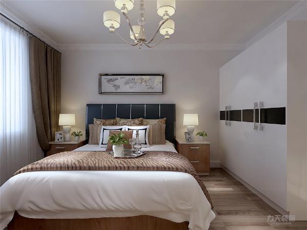 卧室同样用了简单的线条、较少的装饰物。在床的设计选择上,软装到位,简单的风格看起来更年轻,更有家的温馨。选择了白色的地砖铺地,为了更大提升在视觉中白色的占据面积,同时在清洁方面更加简单。