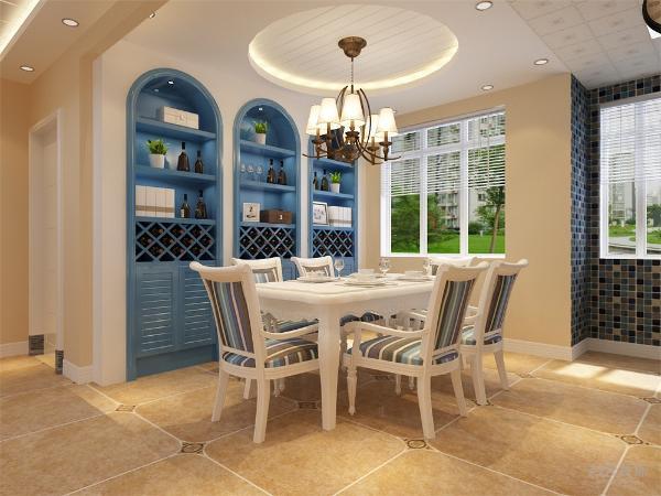 餐厅位于入户门右侧,采用了六人桌椅,还有一个很有设计感的酒柜,大圆形吊顶简单大方,使户主更加舒心。把餐厅进行了墙体拆改,变为开放式厨房,不仅加大了空间使用面积,也满足了生活用餐的需求
